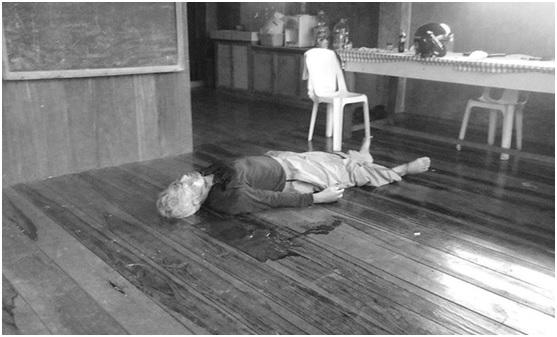 Cadáver de Emerito Samarca, como se encontró en las aulas de ALCADEV.